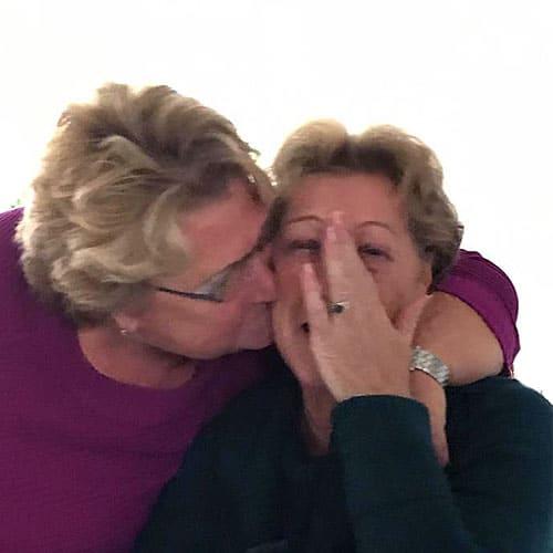 Een knuffel van Annie en Annie